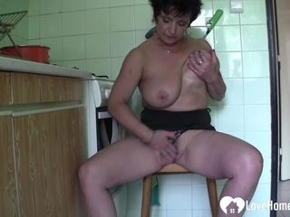 Older beauty likes to pleasure herself passionately