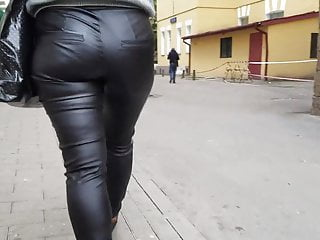 Jiggly woman's culo in leather trousers