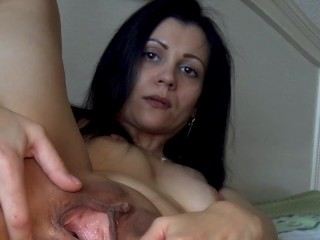 bitch opens the anus and asks to fill with sperm