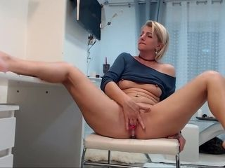 Amateur blonde milf hardcore masturbating and fisting