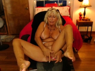 Unexperienced Mature getting off in ebony tights