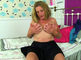 Chunky milf Shooting Star loves caressing her lady bits