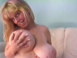 Amateur MILF with huge melons - rare sex tape