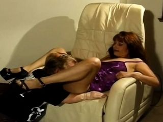 Claudia Valentine milf laid on bed and get cunt lick