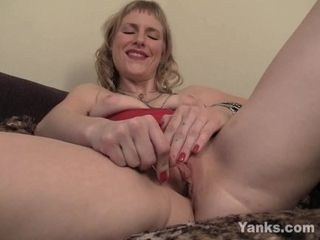'Yanks MILF Josie Pleasing Her Twat With Toys'