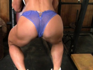 Uber-sexy dame Muscle milf Works Out