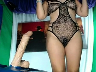 Super-sexy honey enjoys frigging and railing honeypot on cam
