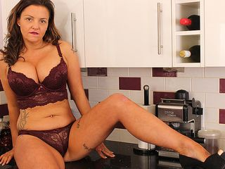 Red-Hot Brit COUGAR toying woth her vulva in the kitchen