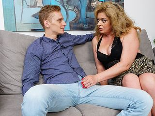 Crazy housewife gets her fur covered cooter nailed by her toyboy