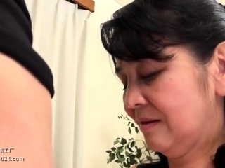 Masseuse gives handjob in bath and shower in hd