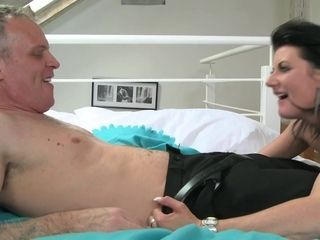 Brown-haired cougar mommy Olivia aka Goldie Baby gets her ejaculation and popshot